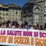 Itálie: přes masivní protesty vláda prosadila povinné očkování